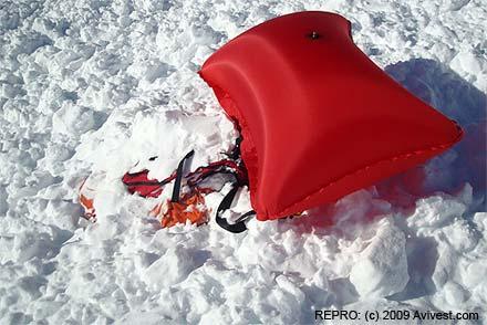 Vak na povrchu, tělo a hlava pod sněhem