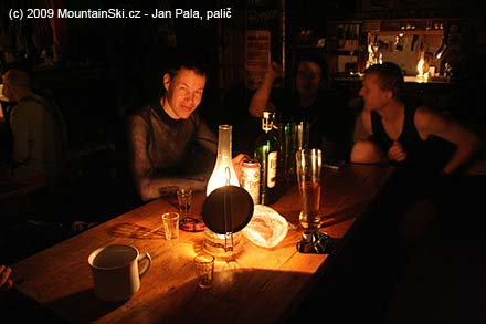 Večerní pohoda na chatě, před Matúšem litrový fernet, který donesl Mišo