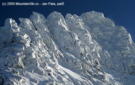 Dvě lezecké dvojice ve vrcholové části Českého štítu