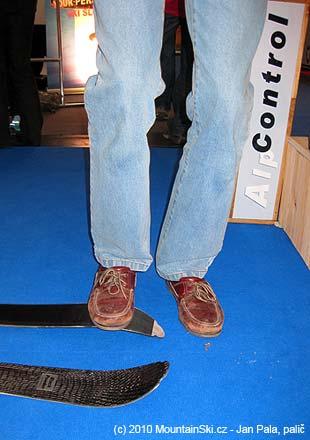 AlpControl dělá také lyže, dřevo v jádru nejde až do špičky, takže je po nich možné takto skákat