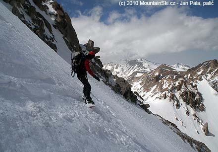 Na snowboardu dolů kopcom