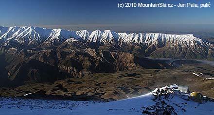 Kýčovité výhledy ze svahů Damavándu z výšky 4200 metrů