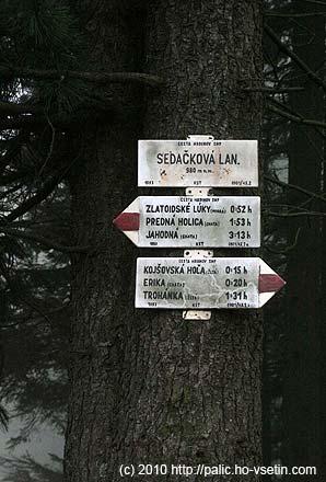 Starší rozcestník asi 20 metrů daleko uvádí o 60 m jinou nadmořskou výškua