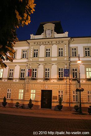 Stejně jako v ČR je Ústavní soud v Brně a ne v Praze, na Slovensku je místo Bratislavy v Košicíchy