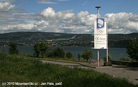 Přijíždíme do Lillehammeru, v pozadí se tyčí můstky