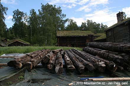 Rekonstrukce dřevěného kravínu Bjørnstad ve skanzenu Maihaugen