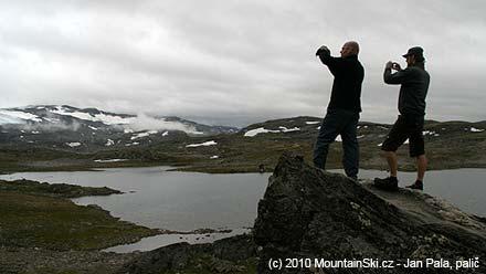 Martin a Michal fotí ledovec Fannaråken ze sedla 1434 m