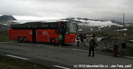 Náš autobus v sedle, v pozadí ledovec Fannaråken