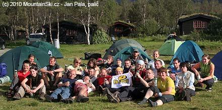 Radostné tváře účastníků s pivem Starobrno po ukončení přechodu