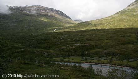 Naše tábořiště z druhého břehu, v pozadí údolí Gjertvassdalen, kterým jsme sestoupili