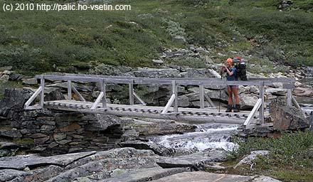 Simona na mostě přes řeku Stortula