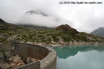 Hráz přehrady Gravdalsdammen ve výšce 1203 metrů