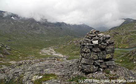 Pohled z vyhlídkového vršku u přehrady zpátky do údolí Storutladalen