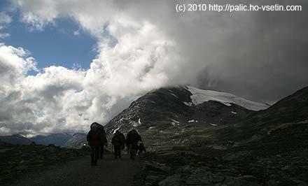 Stále po silnici, vpravo ledovec Surtningsbreen