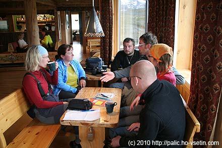 Část diskuzní skupiny na chatě Leirvassbu