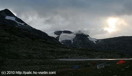 Stanový tábor u Leirvassbu s kouskem ledovce Storbreen nebo možná Bjørnebreen na pozadí