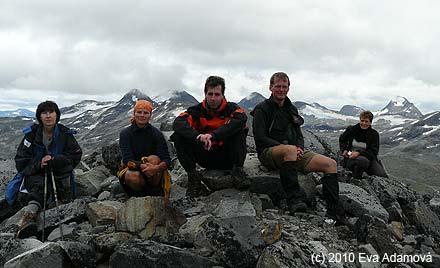 Rychlá vrcholová skupina na 1997 m vysokém Surtningstindu během fakultativního výletu k ledovci Surtningsbreen
