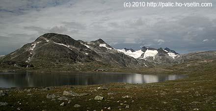 Na druhé straně jezera chata Leirvassbu