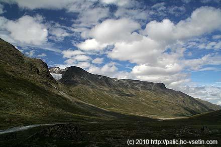 Spiterstulen se blíží a k tomu trochu vykukuje ledovec Svellnosbreen