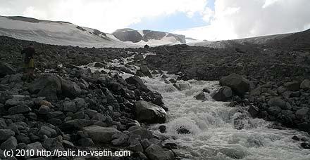 Jedno z ramen Breagrovi, které nás zastavilo, vzadu ledovec Styggebreen