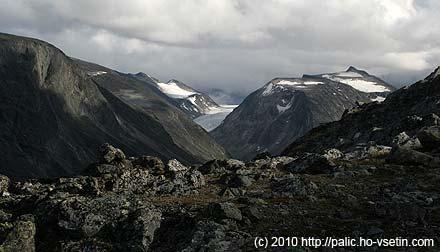 V pozadí ledovec Hellstugubreen