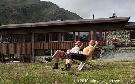 Rosťa a Monika relaxují před horským hotelem Spiterstulen