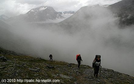 Od Spiterstulenu stoupáme v mlze, vzadu je vidět ledovec Tverrabreen