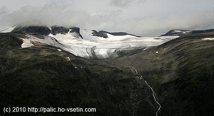 Vlevo v mlze Galdhopiggen, vrpavo už mimo obraz Juvasshyta