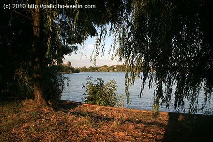 Přes jezero Pantelimon se pěkně vyjímá Hotel-restaurant Lebada