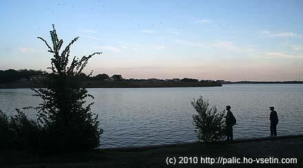 Kolem jezera bylo v podvečer hodně rybářů, úlovek jsem ale neviděl žádný