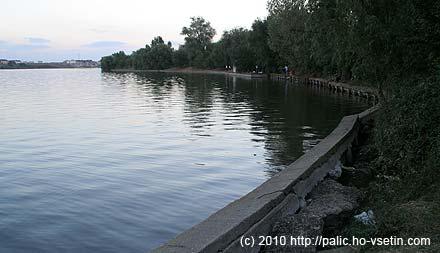 Podél celé časti jezera, kde jsem šel, je podivný polorozpadlý betonový břeh