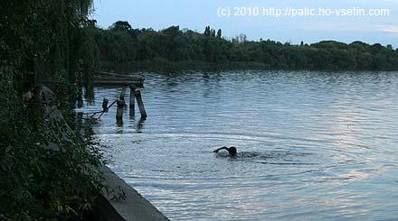 Místní asi desetiletý kluk vždy skočil do vody, udělal pár temp a zase vylezl