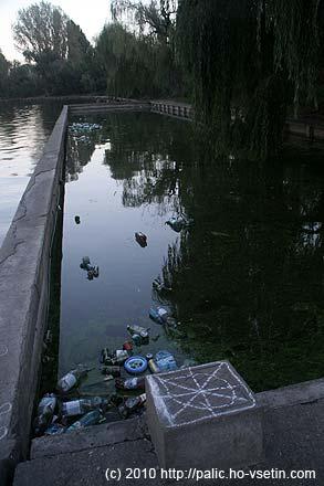 Je libo hupsnout do vody mezi odpadky a zaplavat si?