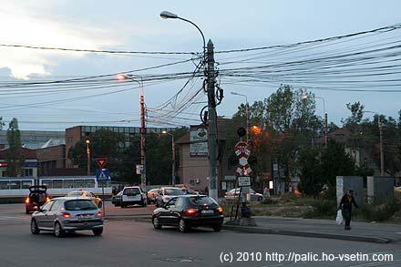 Kousek vedle parku jsou standardní bukurešťské drátovny na sloupech