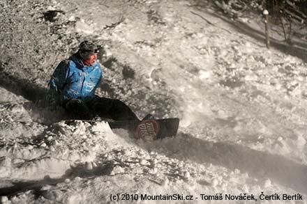 ...a on to spadnul oslavenec Všeťa na snowboardu