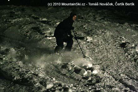 Libor lyžuje celý v černém, potmě není vidět