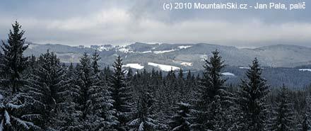 Chvíli bylo vidě i ke Vsetínským vrchům - než začalo opět hustě sněžit