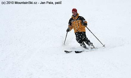 Lenka v hustém sněžení v dolní části Machůzek