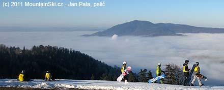 Jedna zpolských skupin učící se jezdit na snowboardu