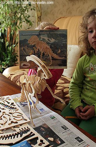 Sestavený Little Parasaurolophus, Anička se schovává za skládačku Tyrannosauruse