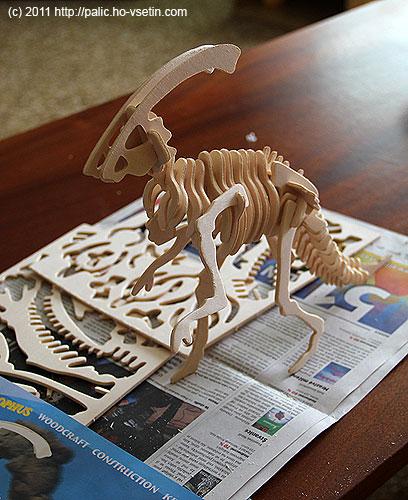 Liittle Parasaurolophus vcelé své dřevěné kráse
