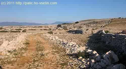 Typická polní dálnice na náhorní planině ostrova Krk