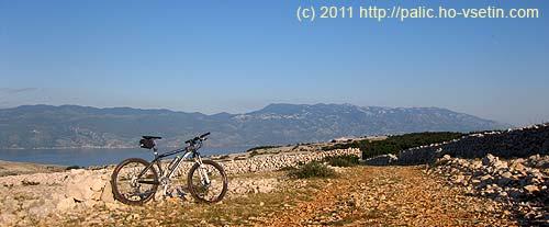 Výhled zhřebene Krku na Jadran a pohoří Severní Velebit