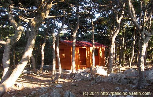 Na konci lesa ve výšce 380m je postavený nový přístřešek pro turisty