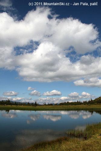 Kýčovitá obloha a kýčovitá voda, výška asi 1500m